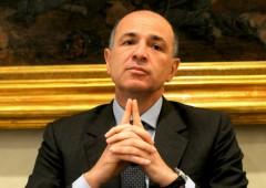 """IntesaSanPaolo """"cede"""" a Bankitalia. Aumento capitale 5 miliardi"""