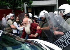 Grecia: scontri in piazza. Papandreou: rimpasto e voto di fiducia