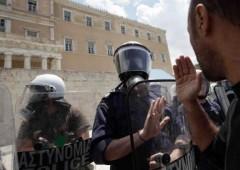 Atene: la strada boccia il piano di austerita', sale a 46 feriti il bilancio