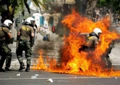 Grecia: arriva il secondo sì, ancora scontri ad Atene