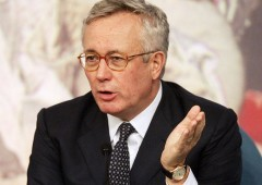 """Tremonti: """"Tasse su rendite, libertà di licenziare"""". Bossi: """"Agguato da Draghi e Bce"""". Rivolta web"""