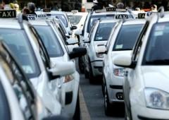 Renzi ostaggio lobby tassisti, ira Uber e consumatori