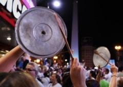 Argentini infuriati: migliaia manifestano contro il governo