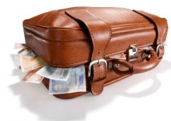 Trova 390mila euro sul bus e li restituisce