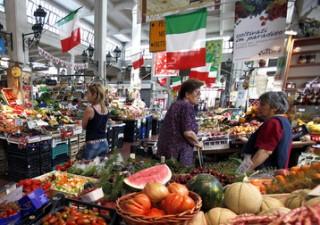Consumi, gli italiani risparmiano ma non rinunciano ai viaggi
