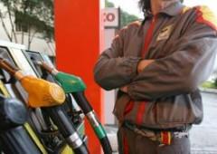 Italiani stufi della tassa benzina, non fanno più il pieno
