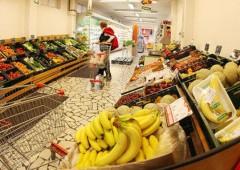 Nuova tassa sulla spesa: si pagheranno sacchetti per pesare la frutta