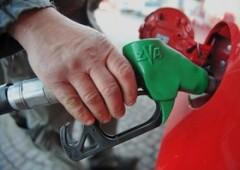 Crash petrolio: e la benzina costa meno dell'acqua (non in Italia)