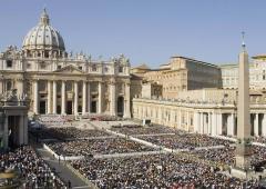 Gli sprechi della Chiesa: lauti stipendi e auto Mercedes