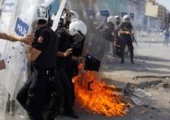 Turchia: Erdogan ordina sgombro, polizia carica