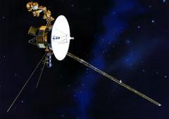 Voyager sospeso sull'estremità del sistema solare