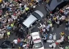 Papa Francesco bloccato dalla folla a Rio