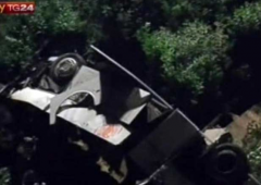 Autobus precipita in Irpinia: 39 morti