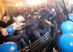 No Tav, caos e scontri a Roma. Attaccata sede del Pd