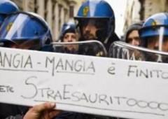"""""""Costretti a comprarci la divisa"""". Ecco perchè poliziotti si sono tolti il casco"""