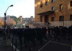 Saccomanni accolto da bombe carta a Roma