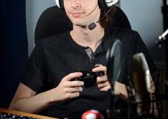 Ragazzo 23enne icona di YouTube, lo pagano per vederlo giocare al videogame Minecraft