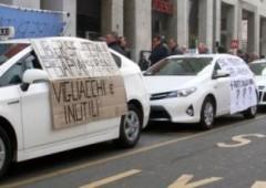 Tassisti corporativi scioperano contro Uber