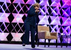 Lancio di scarpa contro Hillary Clinton: arrestata una donna