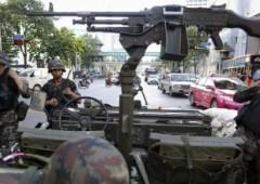Thailandia: legge marziale e coprifuoco. Carri armati nelle strade di Bangkok