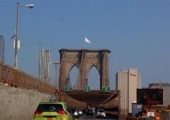 Misteriose bandiere bianche sventolano sul ponte di Brooklyn