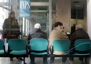 Pensioni bloccate da due anni. Stretta sui pensionati all'estero
