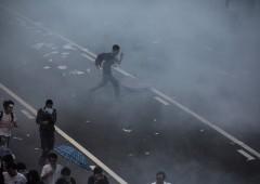 Scontri e gas lacrimogeni: Hong Kong paralizzata