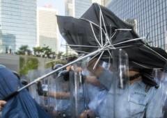 """Hong Kong, migliaia in strada per rivoluzione degli ombrelli: """"Non ci arrenderemo"""""""