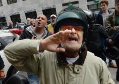 """Grillo contestato a Genova: """"vieni a spalare"""""""