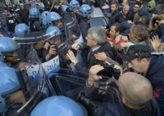 Operai Acciaieria di Terni caricati da polizia di fronte ad Ambasciata tedesca