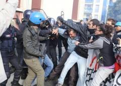 Renzi a Brescia, è caos. Scontri centri sociali e polizia