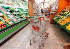 """Italiani """"stringono la cinghia"""", in dieci anni consumi tagliati per 21,5 miliardi"""