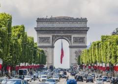 Torna terrore a Parigi: auto contro Eliseo investe poliziotta