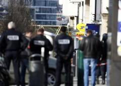 Parigi, uomo armato con due ostaggi si arrende