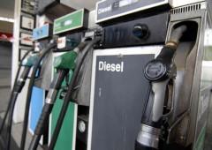 Batosta per i consumatori: da Eni & company subito rincari benzina