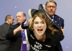 """""""Basta dittatura Bce"""": Draghi assalito da donna"""