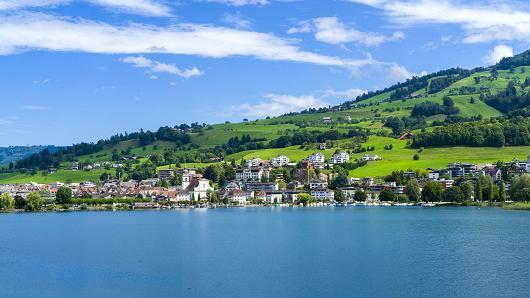 Per la prima volta anche in Svizzera si parla di alzare le tasse