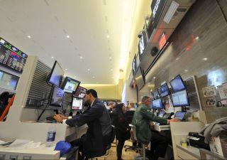 Borsa zavorrata dalle banche, valutario scombussolato
