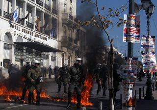 Grecia in fiamme, bombe molotov contro le banche