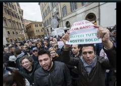 """Salva banche. Ira risparmiatori: """"Criminali, rivogliamo nostri soldi"""""""