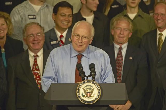 Dick Cheney, vice presidente sotto Bush, è stato criticato dai Democratici per aver favorito la sua ex azienda, Halliburton nell'aggiudicarsi contratti per le forniture alle forze armate in Iraq.