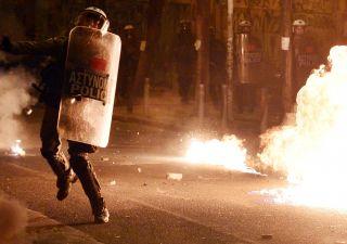 Violenza e rabbia: Grecia torna a bruciare. L'accusa di Chomsky