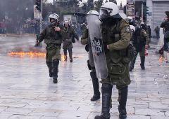 Grecia, violenze mentre Ue minaccia: fuori da Schengen