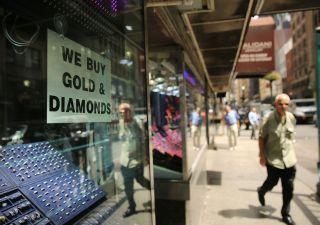 Italiani in fila al banco dei pegni, oro in cambio di prestiti da usura