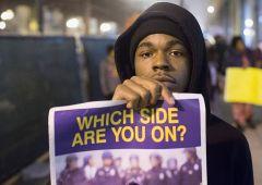 Inferno a Chicago: milionari fuggono da violenza e scontri razziali