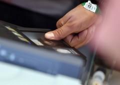 Escalation guerra contanti, pagamenti con impronte digitali