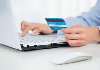 Carte di credito: canone mensile e prelievi all'estero tra i costi che sono diminuiti
