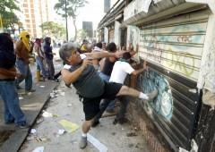 Venezuela: tre morti durante saccheggi mossi dalla fame