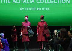 Alitalia, primo giorno con nuove divise Etihad: scoppiano proteste