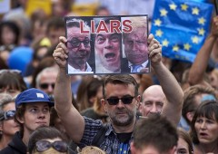 """Brexit, Farage e Johnson """"tristi eroi"""", come ratti in fuga"""